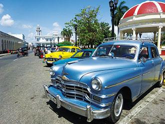 クラシックカーに乗って革命広場や海岸通りをドライブ♪