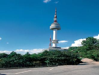 韓国 ソウルタワーへ行こう! ソウル中心部、南山公園内にそびえるソウルのシンボルタワー。タワーの