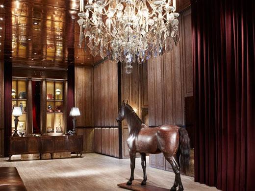 パレ・デ・シン/優美な馬がお出迎