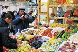 ロシア名物の1つ。衣類や日用品、季節の食材など多くの品物が売られており、お土産にも最適。/自由市場