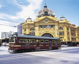 中央駅とトラム(写真提供:オーストラリア・ビクトリア州政府観光局)