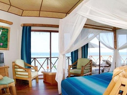 ヤシ葺き屋根がカワイイ♪自然で素朴な雰囲気の水上バンガローで過ごすモルディブの休日